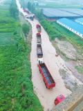 河南:偃师突发山洪多辆大卡车被冲走