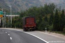 长途驾驶太累货车司机高速上停车睡觉