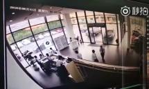 视频曝光:客户试驾冲撞宝马4S店,销售撒腿就跑