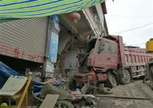 停着的货车撞民房只因司机忘记了这个
