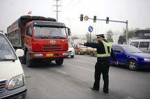 一货车司机违规被查持刀对抗交警被拘