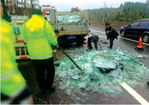 货车高速路后轮脱落10吨玻璃全碎成碴