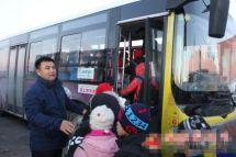 """新疆裕民县农牧区孩子坐上""""爱心""""校车"""