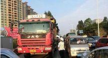 驻马店市交通、公安部门联手打击货车违法运输行为