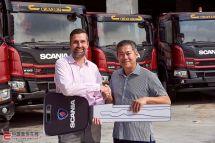 斯堪尼亚新加坡向川林建设交付18辆P410XT自卸车