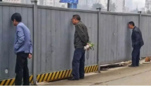 为什么施工的挖机旁边长满了男..