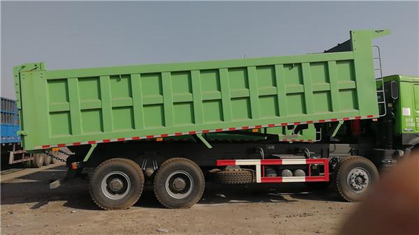 库存豪沃7.8米车厢自卸车