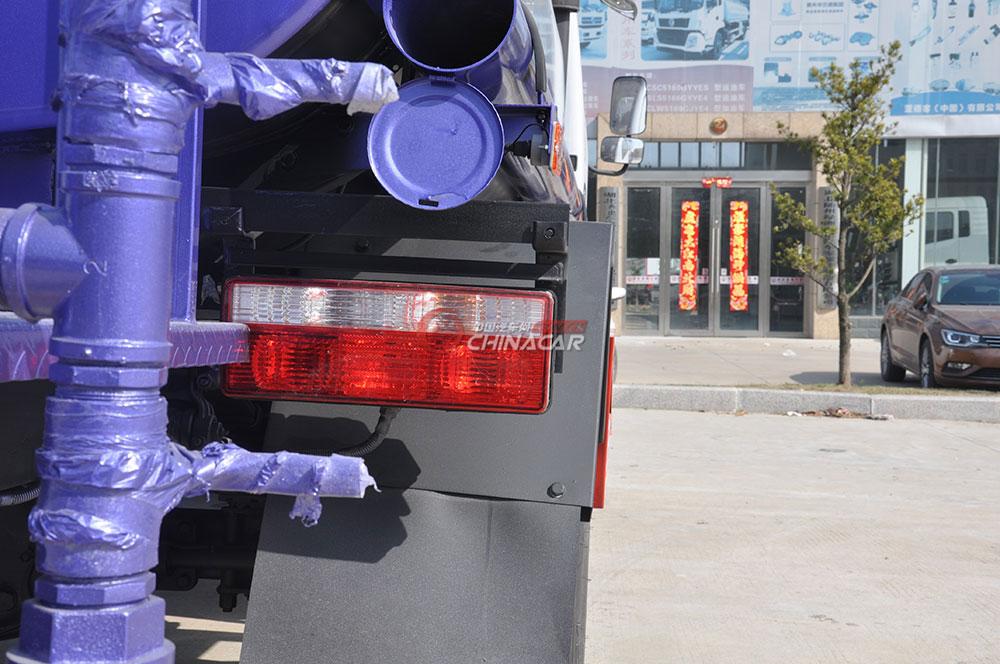 东风多利卡D6洒水车底盘图片-右侧尾灯