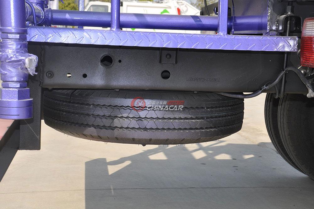 东风多利卡D6洒水车底盘图片-备胎