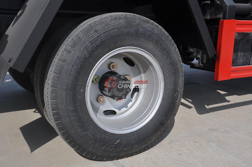 东风多利卡D6洒水车底盘图片-轮胎