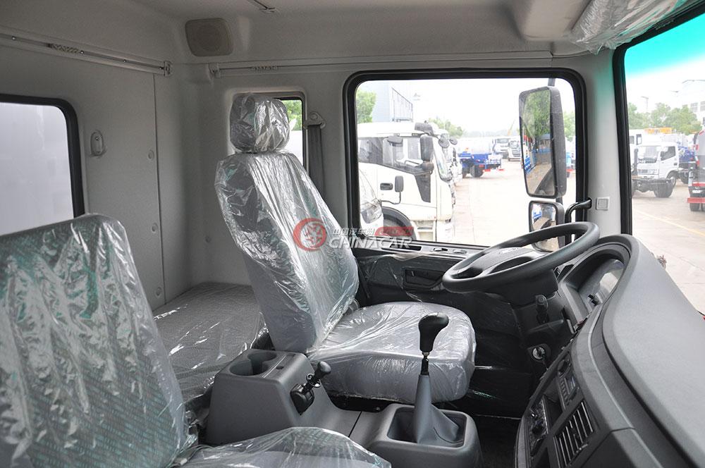 东风多利卡D9洒水车驾驶室图片-驾驶室内景
