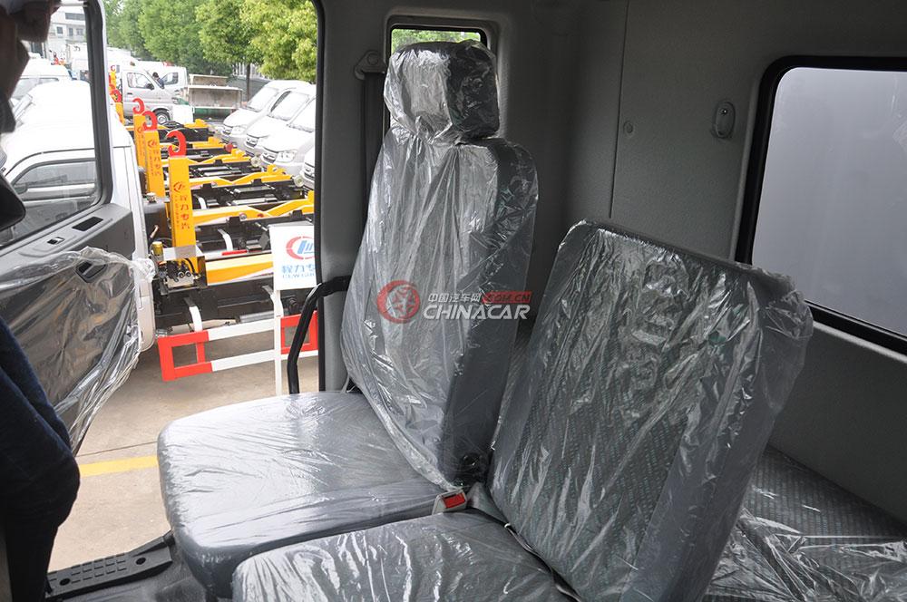东风多利卡D9洒水车驾驶室图片-座椅