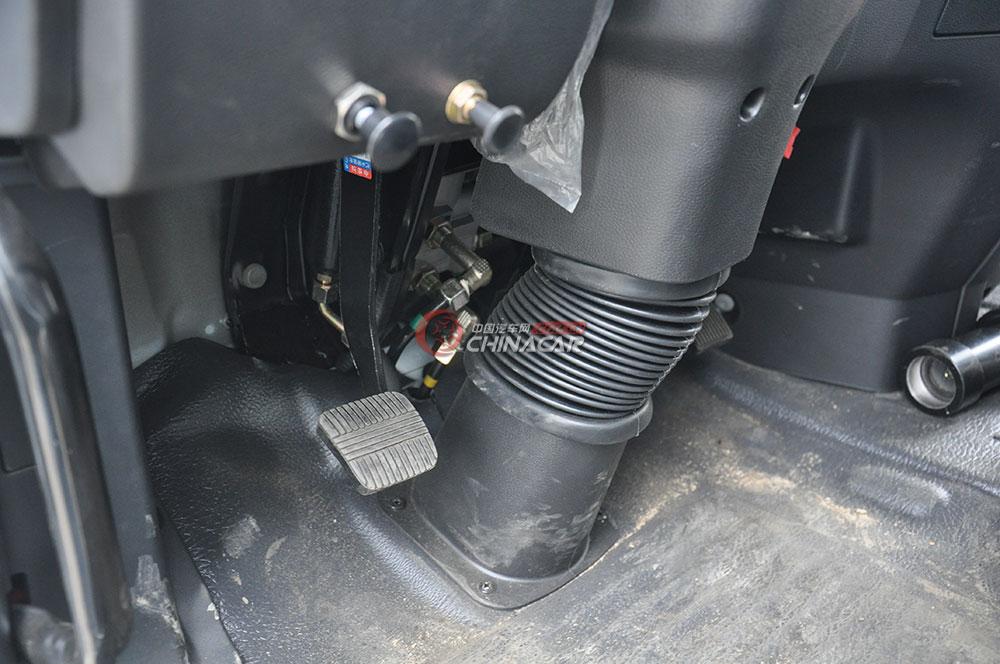 东风多利卡D9洒水车驾驶室图片-油门刹车
