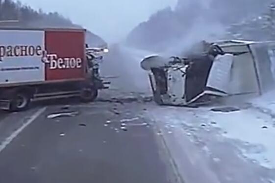 大货车借道强超, 与另一辆大货车发生惨烈对撞