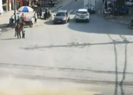 十字路口货车侧翻 路边商贩被压车底