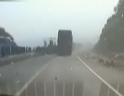 货车刹车失灵 狂撞五公里