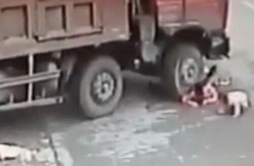 监拍湖北襄阳车祸现场 母女3人被卷大货车车轮下