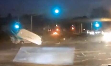 令人震惊的!大货车闯红灯摧毁排头的所有车辆