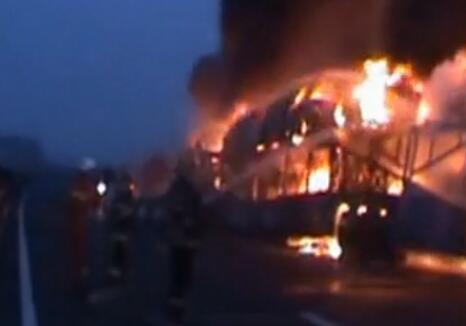 实拍:大货车高速追尾起火 十余辆新车被烧毁...