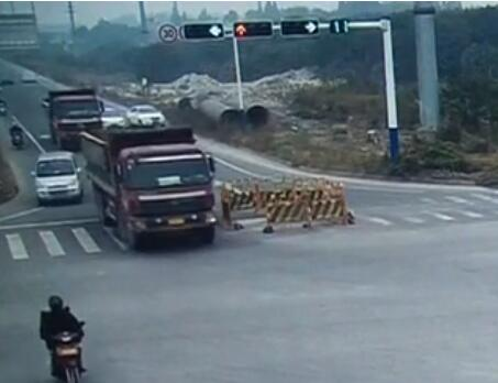 货车转弯卷入男子 车轮之下死里逃生 超级新闻场