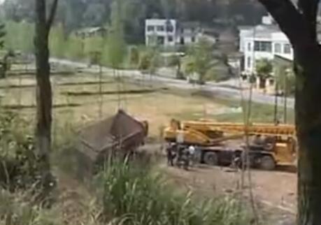 浏大公路:后八轮货车冲下主路