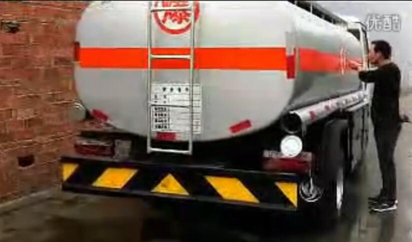 5吨小型加油车视频