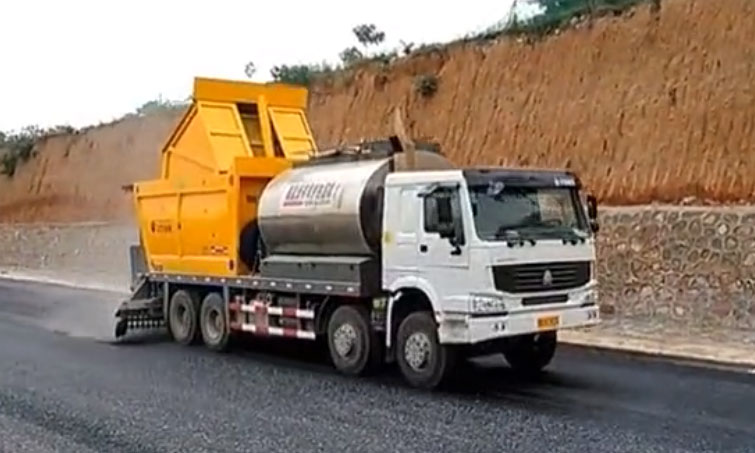 河南亿龙机械同步碎石封层车施工现场