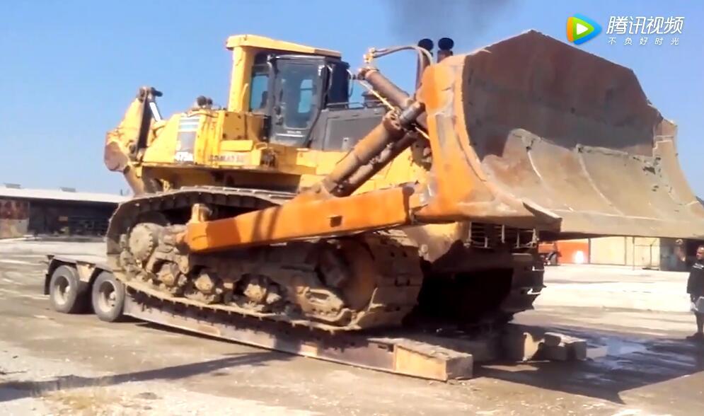 平板拖车装载和运输巨大的小松D475推土机
