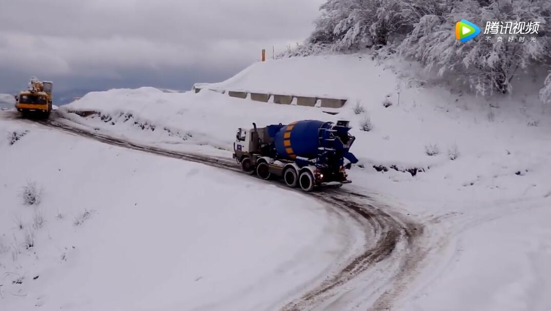大脱拉混凝土搅拌车雪天作业