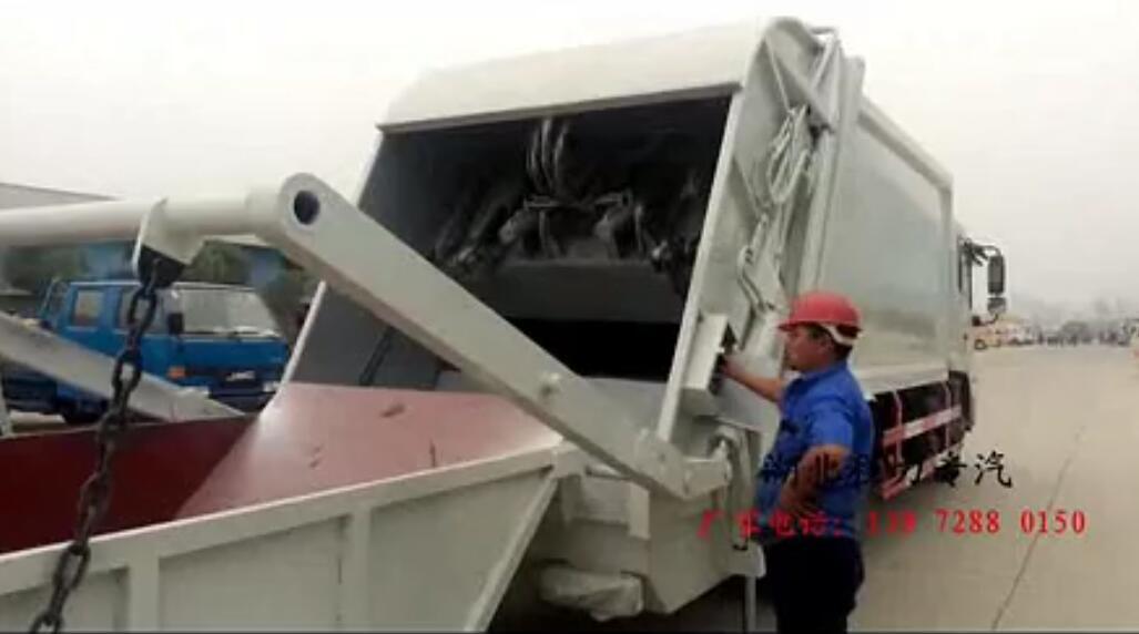 臂压缩式垃圾车作业
