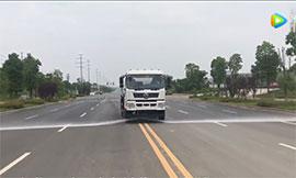 东风御龙20吨洒水车工作表演视频